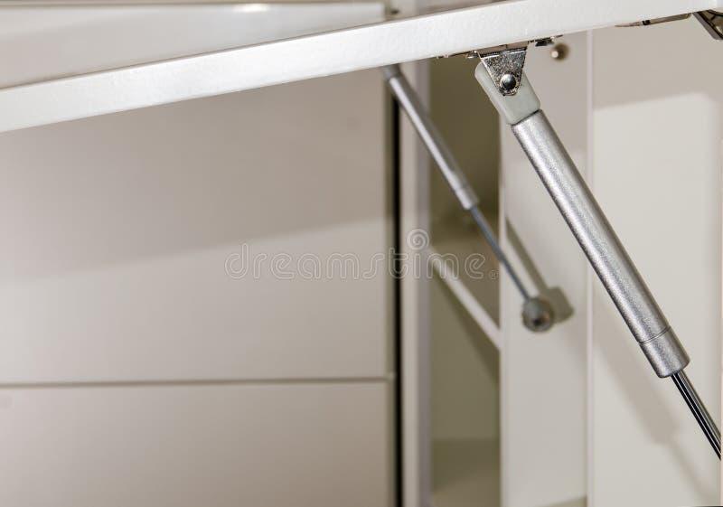 Scaffale della mobilia, ascensore di gas per le parti anteriori della mobilia della cucina uni fotografie stock
