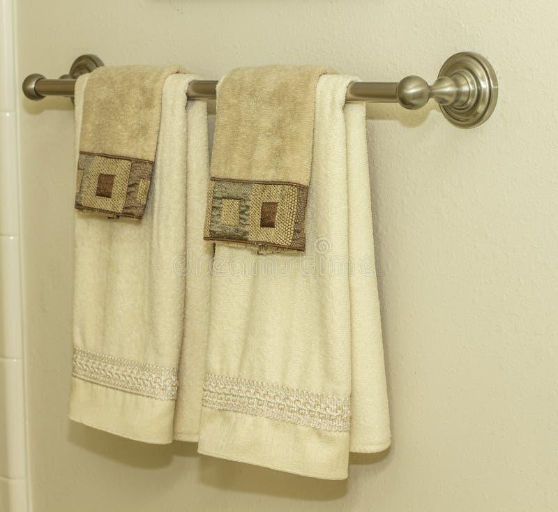 Scaffale di asciugamano del bagno fotografia stock libera da diritti