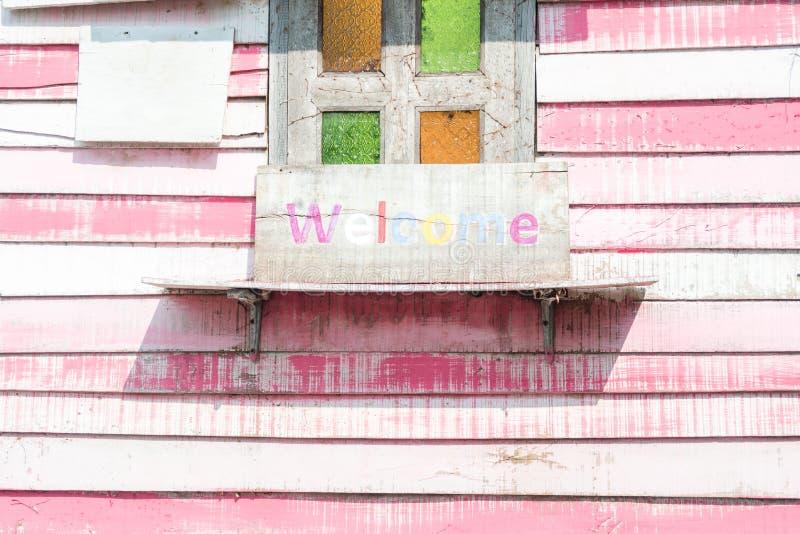 Scaffale di legno d'annata con dipinto sul vecchio e bordo di legno rustico w fotografia stock libera da diritti