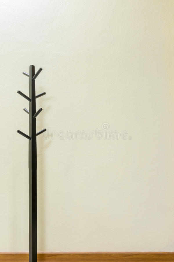 Scaffale di legno nero del cappotto immagine stock