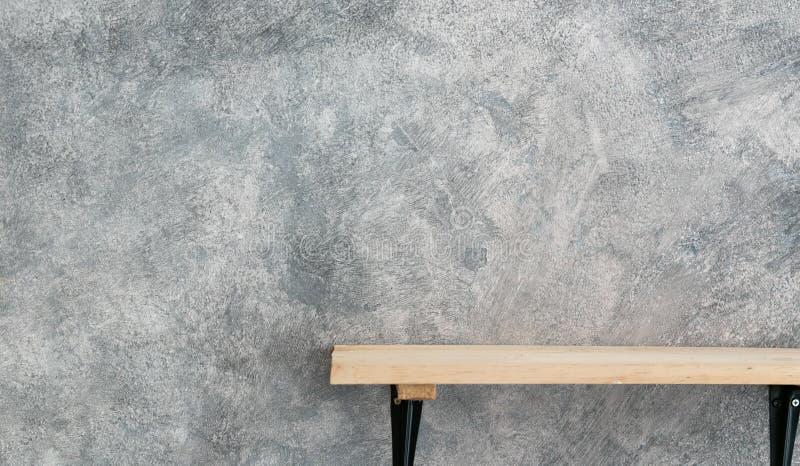Scaffale di legno su struttura del muro di cemento immagini stock libere da diritti