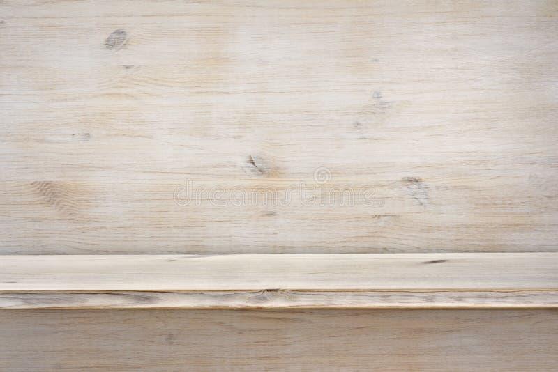 Scaffale di legno vuoto sul fondo di legno di struttura immagine stock libera da diritti
