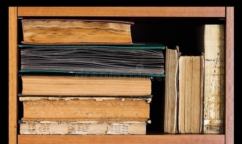 Scaffale di libro su fondo posteriore Raccolta di libri d'annata, coperture strutturate antiche Blocco per grafici di legno invec immagini stock