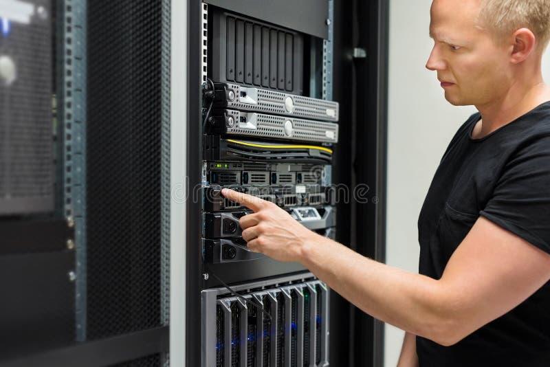 Scaffale di Monitors Server On del tecnico dell'IT in centro dati fotografia stock