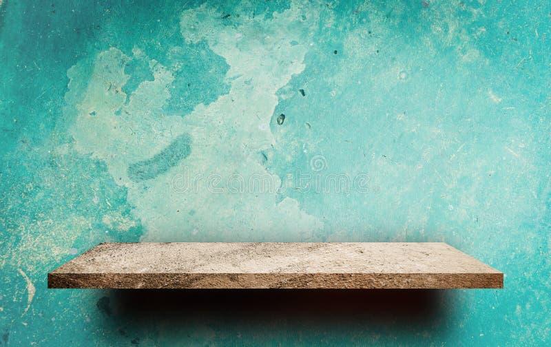 Scaffale di pietra vuoto sulla parete verde Grungy fotografia stock