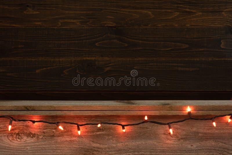 Scaffale e contesto di legno rustici del bordo di Halloween con il filo festivo arancio delle luci Stanza o spazio per la copia,  immagine stock libera da diritti