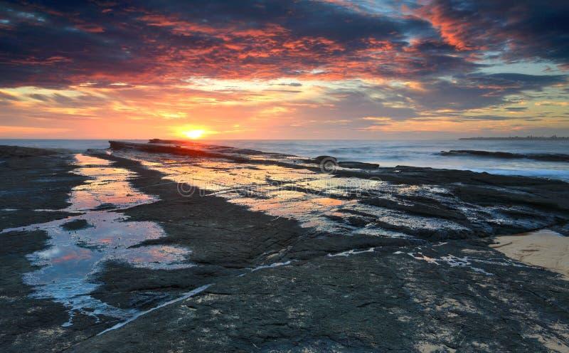 Scaffale glorioso della roccia della spiaggia di Culburra di alba immagini stock libere da diritti