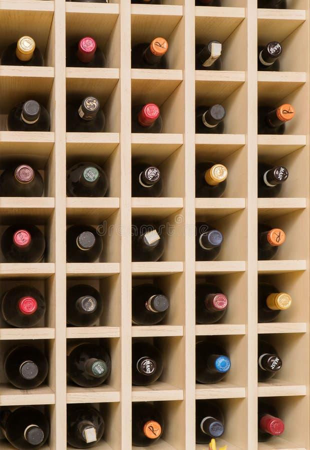 Scaffale per la conservazione delle bottiglie di vino immagini stock