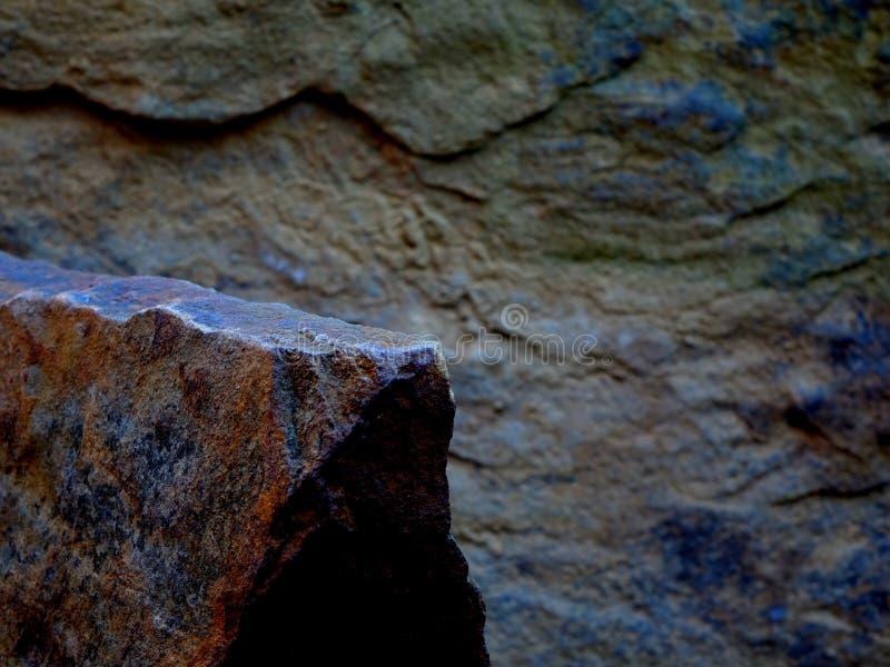 Scaffale più in basso messo a fuoco medio della roccia per un'esposizione del prodotto fotografie stock libere da diritti