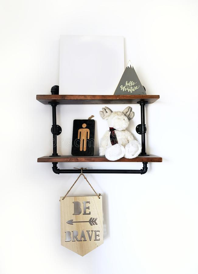 Scaffale rustico Art Shelfie Be Brave della camera da letto dei ragazzi fotografia stock