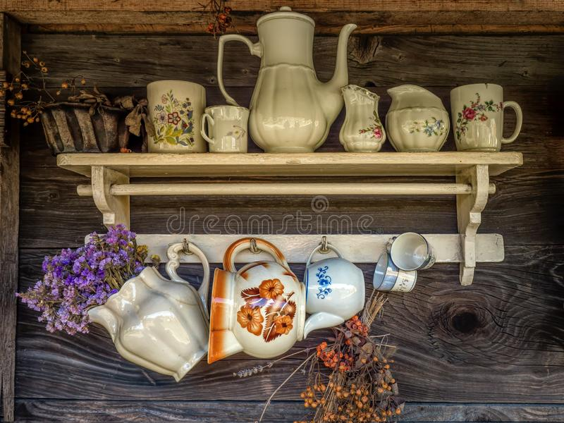Scaffale rustico di legno con le navi ceramiche fotografie stock libere da diritti
