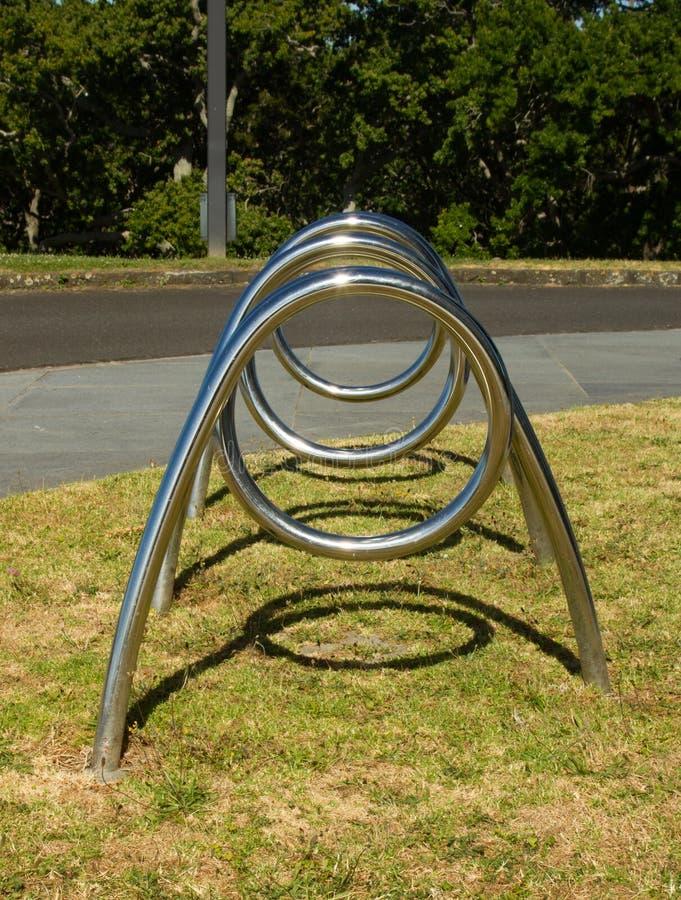 Scaffale a spirale della bici un giorno soleggiato fotografia stock libera da diritti