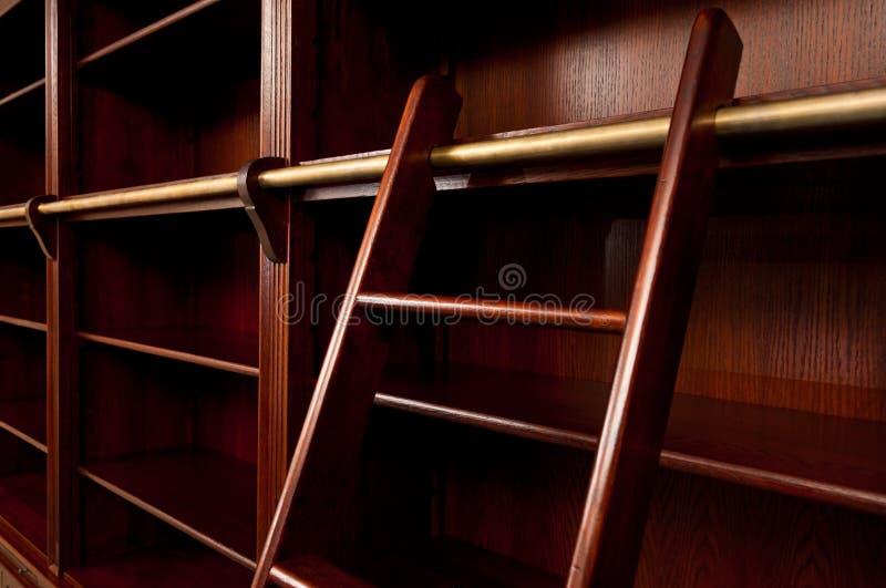 Scaffale vuoto con la scaletta fotografie stock libere da diritti