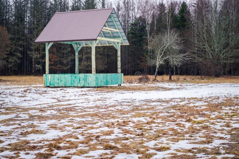 Scaffale vuoto europeo di alimentazione del gioco della foresta e del bisonte con il tetto del metallo in Bialowieza, Polonia, pa fotografie stock libere da diritti