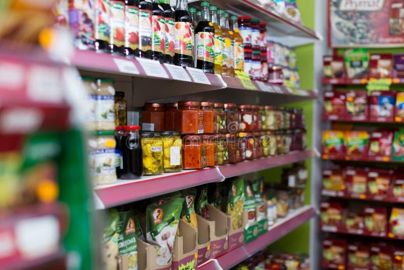 Scaffali alla sezione delle drogherie del supermercato del polacco di media fotografia stock libera da diritti