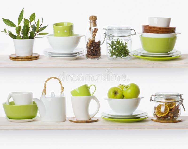 Scaffali con i vari ingredienti alimentari ed utensili della cucina immagine stock