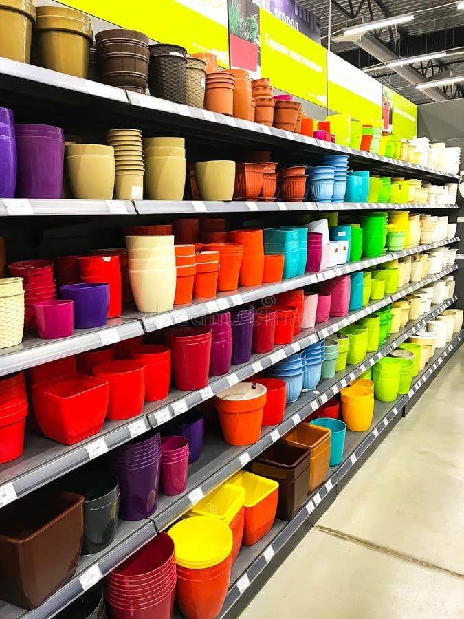 Scaffali con i vasi per i fiori dei colori differenti nel centro commerciale TUTTI, Minsk, Bielorussia immagine stock libera da diritti