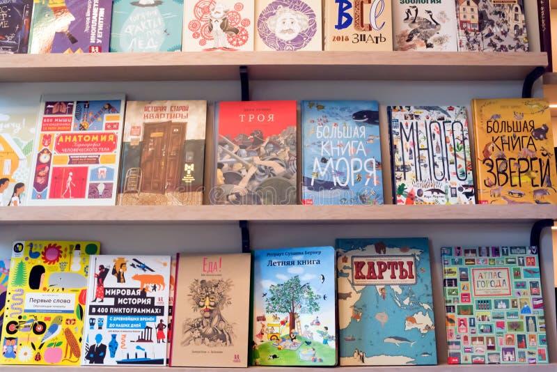 Scaffali da vendere nel deposito con i libri russi fotografia stock