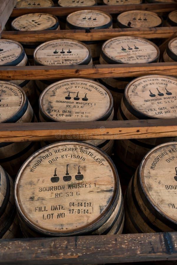 Scaffali dei barilotti di Bourbon in magazzino immagini stock