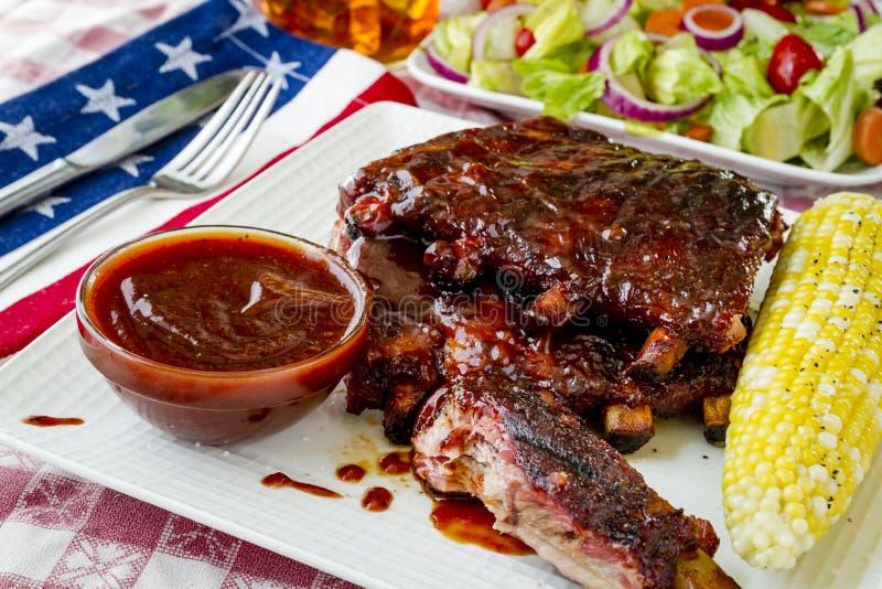 Scaffali del barbecue delle costole con salsa immagine stock libera da diritti