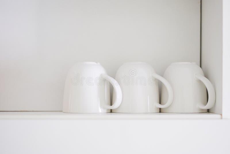 Scaffali del ob della tazza di caffè macchiato fotografie stock libere da diritti