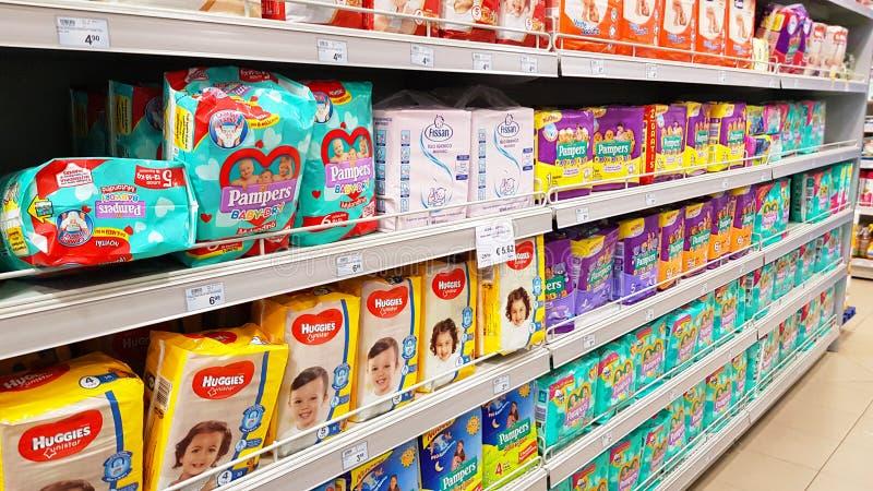 Scaffali del supermercato con i prodotti del bambino: pannolini immagini stock