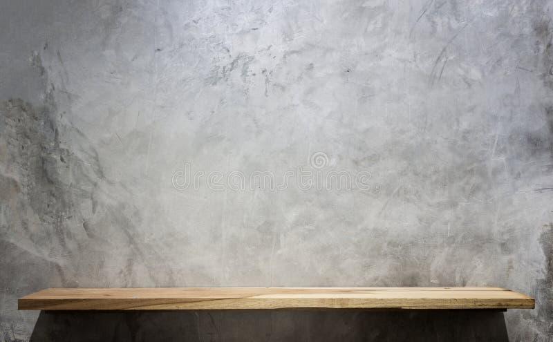 Scaffali di legno superiori vuoti e fondo della parete di pietra fotografia stock libera da diritti