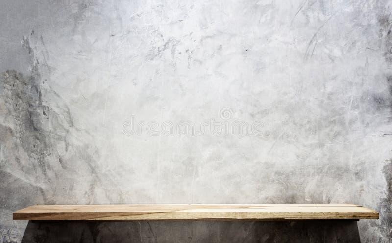 Scaffali di legno superiori vuoti e fondo della parete di pietra immagine stock libera da diritti