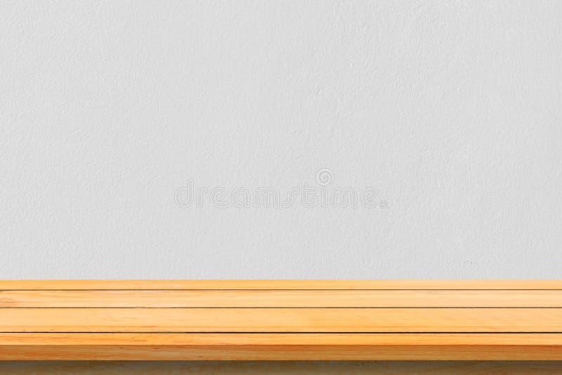 Scaffali di legno superiori vuoti e fondo della parete di pietra Scaffali di legno marroni di prospettiva sopra il fondo della pa fotografie stock