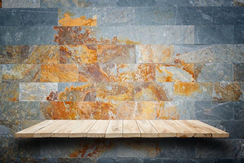 Scaffali di legno vuoti e fondo della parete di pietra Per il DISP del prodotto fotografia stock
