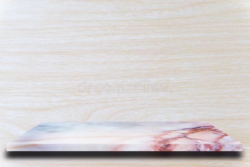 Scaffali di marmo superiori vuoti e fondo di legno della parete immagine stock