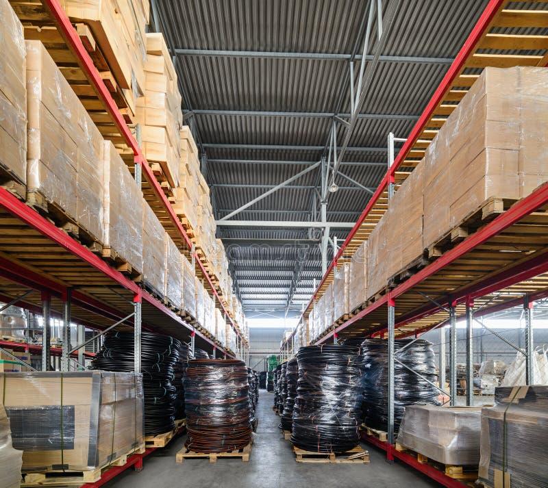 Scaffali lunghi con vari scatole e contenitori immagini stock libere da diritti