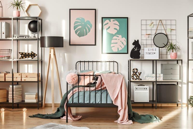 Scaffali nella camera da letto della ragazza fotografia stock