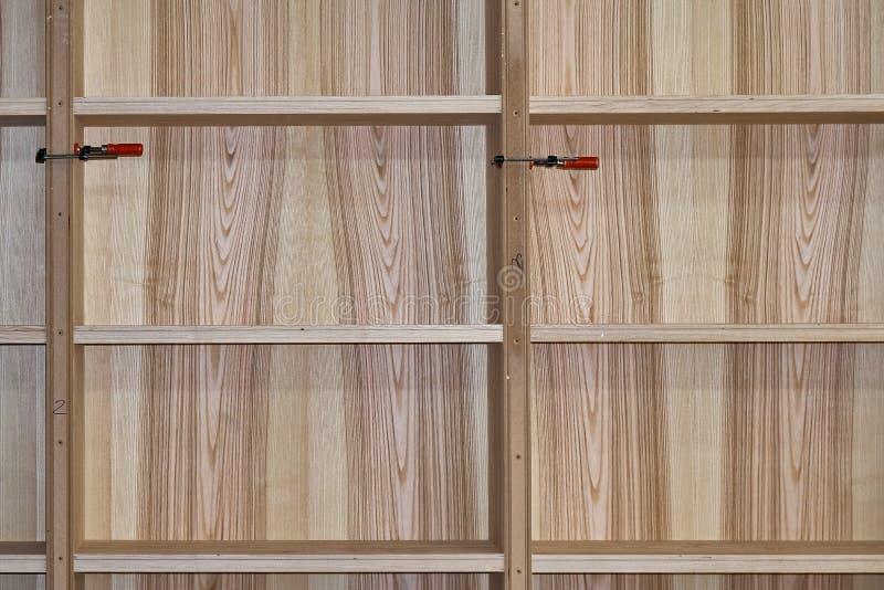 Scaffali per libri della cenere Produzione di carpenteria e di falegnameria Fabbricazione della mobilia fotografia stock libera da diritti