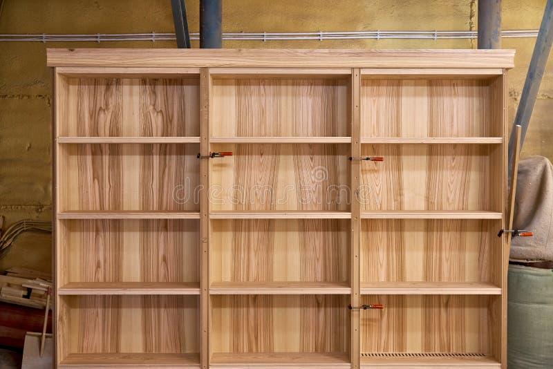 Scaffali per libri della cenere Produzione di carpenteria e di falegnameria Fabbricazione della mobilia fotografie stock libere da diritti