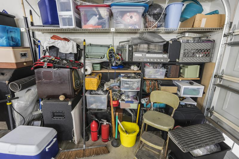 Scaffali suburbani stipati di sudici di stoccaggio del garage fotografia stock libera da diritti