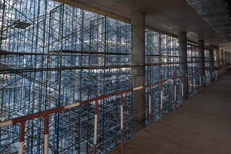 scaffold KonstruktionsScaffoldings Det anv?nde som den tillf?lliga strukturen till servicebyggnadsstrukturen under konstruktion arkivbild