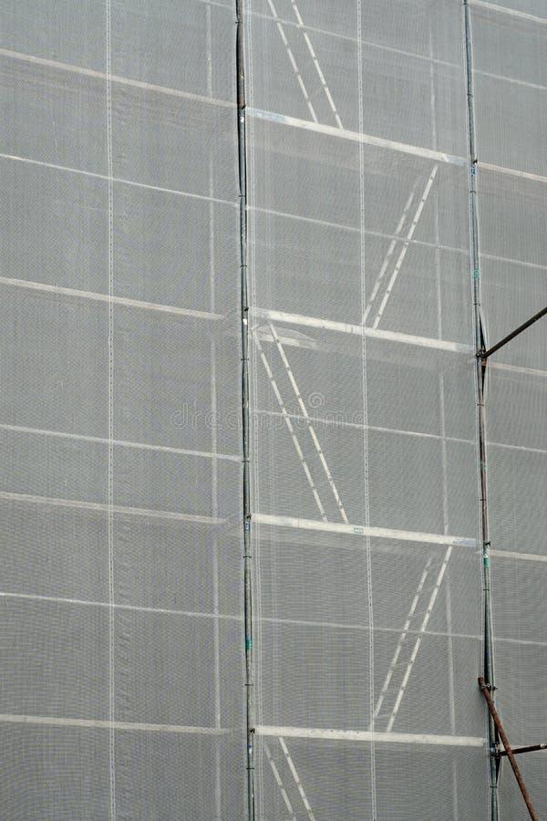 scaffolding Andaime coberto com uma lona branca para a proteção fotos de stock royalty free