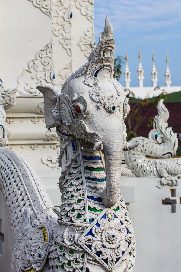 Scala bianca dell'elefante di fution del naga in tempio tailandese immagini stock libere da diritti