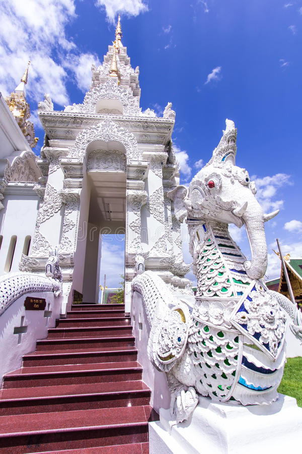 Scala bianca dell'elefante di fution del naga in tempio tailandese immagini stock