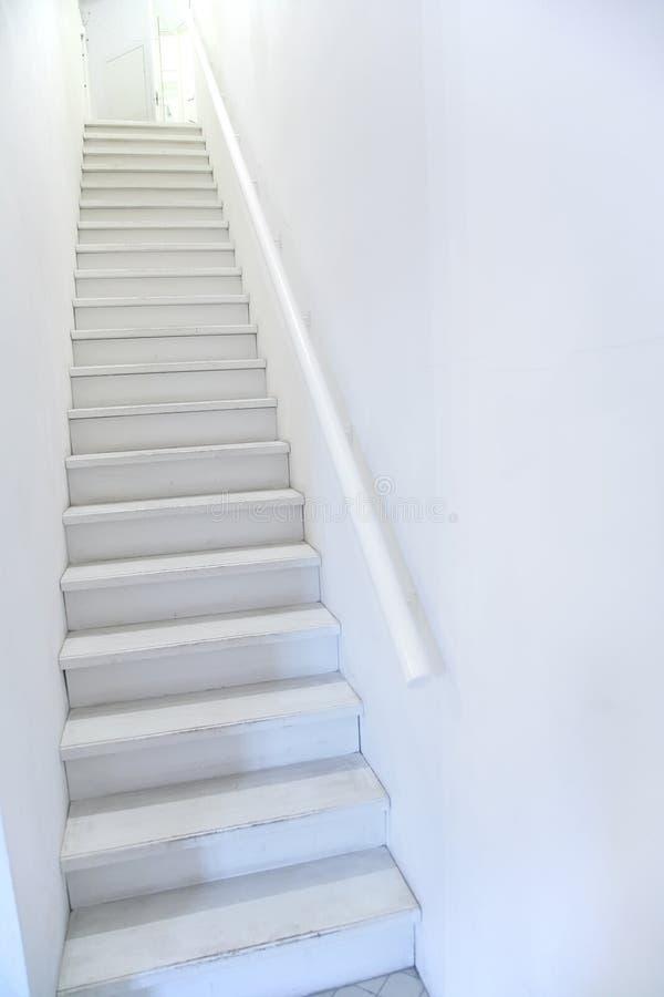 Scala bianca stretta della scaletta fotografie stock