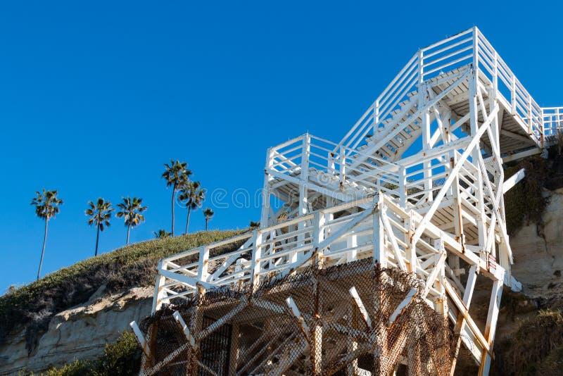 Scala bianca su Cliffside per la spiaggia Access alla spiaggia del ` s dei swami immagini stock libere da diritti