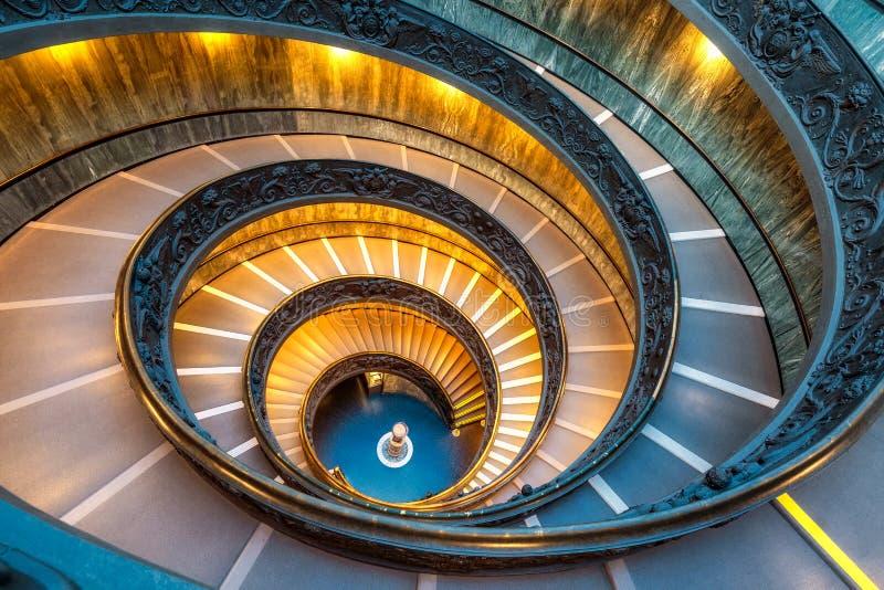 Scala a chiocciola nel Vaticano fotografie stock libere da diritti