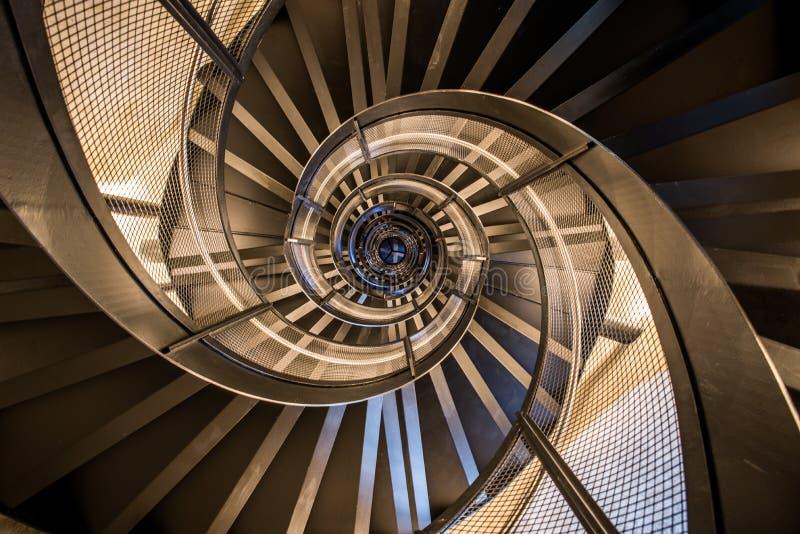 Scala a chiocciola in torre - architettura interna di costruzione fotografie stock