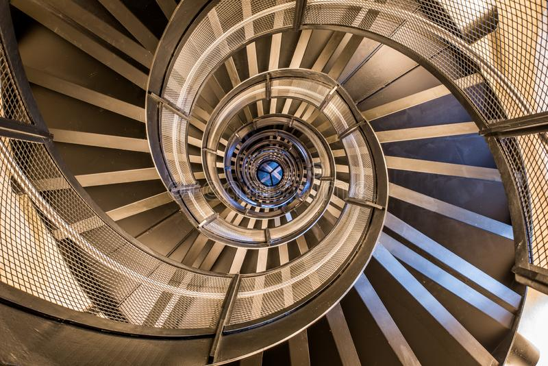 Scala a chiocciola in torre - architettura interna di costruzione fotografia stock libera da diritti