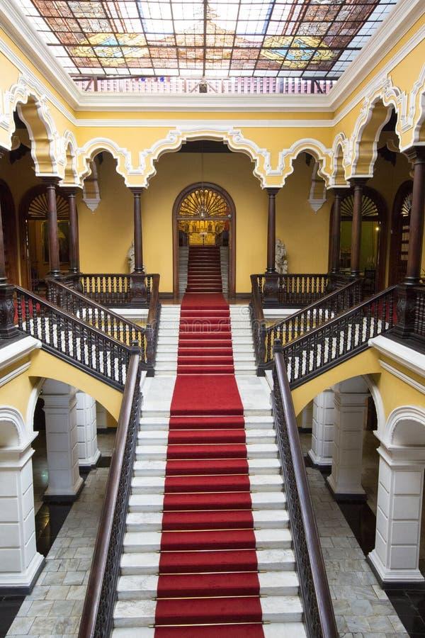 Scala coloniale al palazzo dell'arcivescovo a Lima, Perù immagini stock libere da diritti