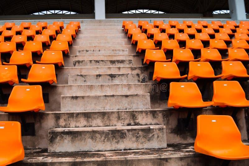 Scala concreta e sedile arancio in stadio immagini stock libere da diritti