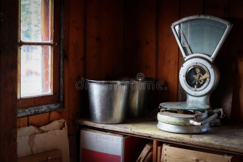 Scala d'annata dell'alimento su uno scaffale in una fattoria immagine stock libera da diritti