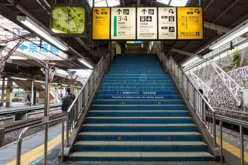 Scala del binario della stazione ferroviaria di JUNIOR con il bordo di informazioni fotografia stock libera da diritti