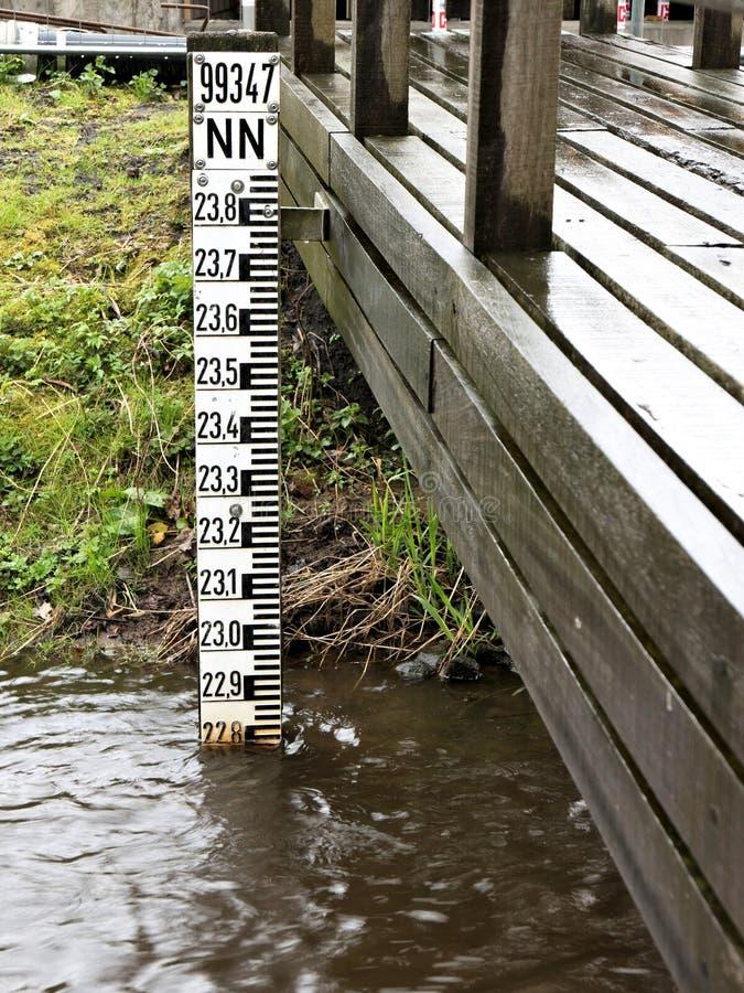 Scala del livello dell'acqua immagini stock